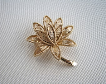 Vintage Avon textured gold tone flower brooch