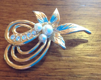 Vintage faux pearl gold tone brooch