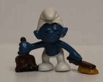 SMURF with DUSTPAN FIGURE, 1984 Vintage figure, vintage pvc figure, Schleich Smurf with Dustpan, Smurf cleaning figure, retro toy, 1980s toy