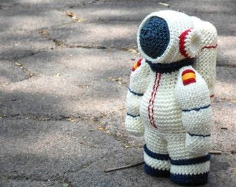 Pattern Spaceman Astronaut amigurumi. By Caloca Crochet.
