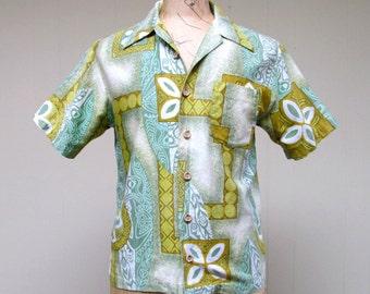 Vintage 1970s Mens Hawaiian Shirt / 70s Green Royal Islander Shirt / Medium
