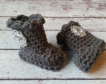 Baby girl crochet boots with rhinestone button, Gray, newborn booties, photo prop, Baby Shower Gift, Baby Girl Fashion Accessories, Shoes