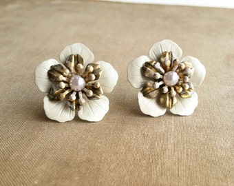 Gold Bridal pearl earring, rustic wedding,ivory bridal earrings, flower vintage bridal jewelry shabby chic post IVORY BRASS FLOWER wholesale