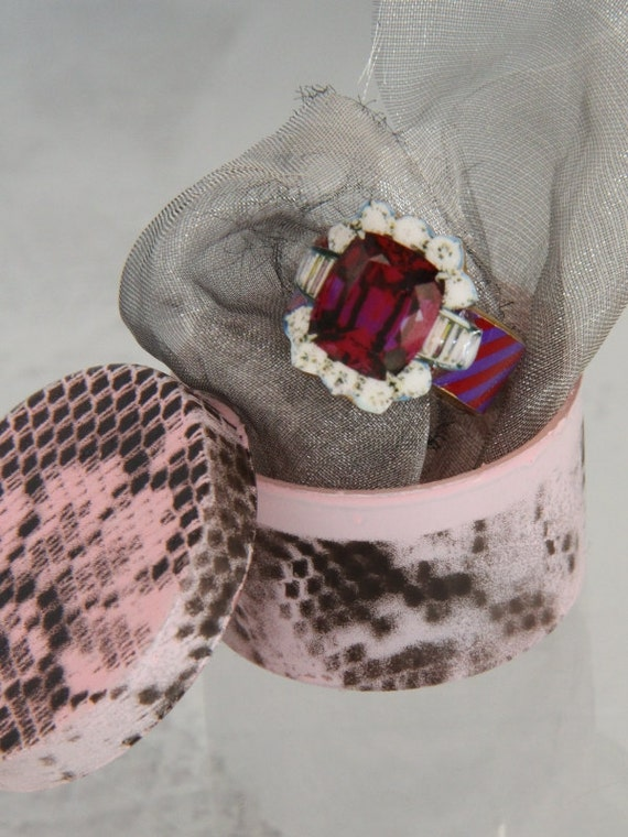 gumcrack deLuxe , fake ruby ring , conceptual jewelry in pink , tight budget jewelry , shrinkart jewelry