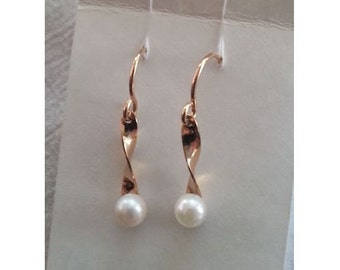 Gold Twist Dangle earrings with pearl