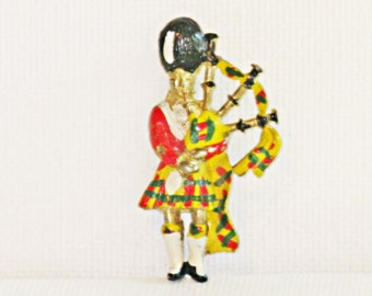Vintage Enameled Scottish Bagpiper Brooch Pin (B-3-1)