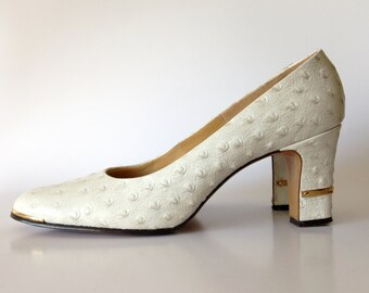 SALE vintage leather Pumps / White womens Shoes / Faux Ostrich Quill texture / Gold metal detail / High Heels / Polka Dot / sz 7 7.5 N