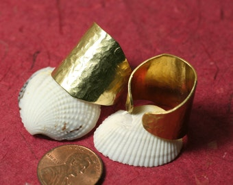 Hand hammered solid brass adjustable ring aprox 21mm wide, one piece (item ID HN00015K)
