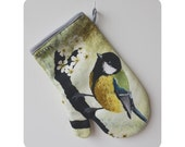 Oven mitt with illustration of the Great Tit.
