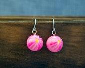 Pink Daisy Earrings, Retro Lucite Flower Earrings