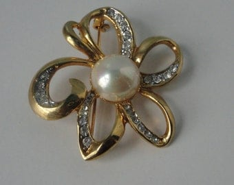 Vintage Gold tone with Cabochon Faux Pearl Flower  Brooch