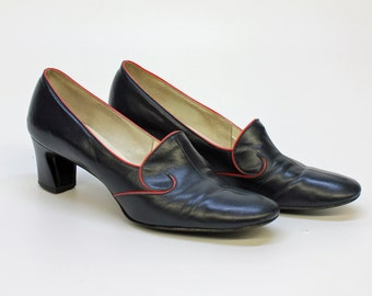 60's Pilgrim Shoe / Chunky Heel / Navy Blue with Red Piping / Size 8 - 8 1/2 Narrow