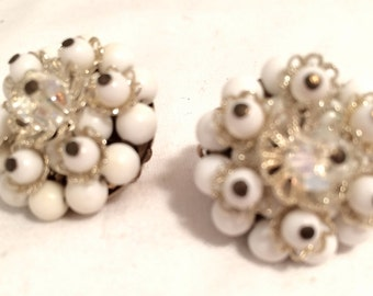JAPAN stamped Mad Men WHITE Plastic Beads Cluster Golden Floral Clip on Earrings 50s 60s The Sixties Authentic Vintage Jewelry artedellamoda