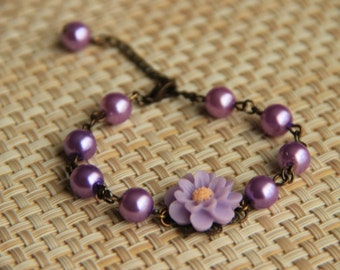 Bracelet: Lilac colored daisy cabochon with lilac colored glass pearl beads, antique brass chain, perfect gift for her, mother's day gift