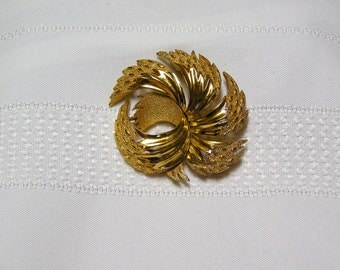 Vintage Crown Trifari brushed and shiny gold tone swirled feathers brooch