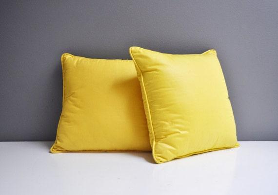 paire de coussins jaunes vintage. Black Bedroom Furniture Sets. Home Design Ideas
