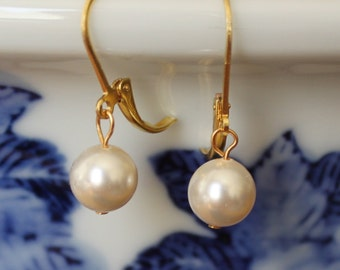 Set of 8 bridesmaids ivory pearl earrings, 8 sets gold pearl earrings, pearl drop earrings, bridal earring gifts