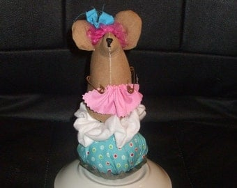 Primitive  Cupcake Mouse in Vintage Tart Mold PinKeep