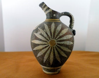 Vintage Kamares Ware Replica Pottery.  Greek Minoan Period, Phaistos Palace Beaked  Flower Motif.  Hand Made Artist Signed w Museum Copy Ta
