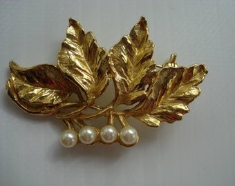 FABULOUS VINTAGE BROOCH Great Detail Pearls Gold Tone Golden Leafs
