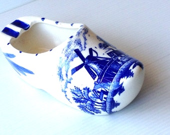 vintage delft blue shoe ashtray, delft blue holland, delft windmill motif, ashtray, holland souvenir