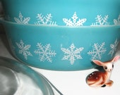 Two aqua Snowflake Pyrex Casserole Dishes 1 1/2 Quart with One Lid