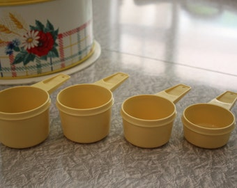 VINTAGE TUPPERWARE Measuring Cups In Yellow
