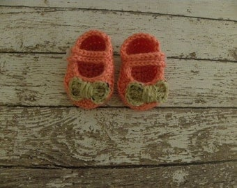 Crochet mary jane bow booties in peach and oatmeal. Baby girl booties in peach and oatmeal. Baby shower gift baby booties.