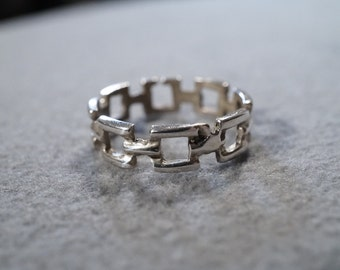 vintage sterling silver fashion ring with square open links, size 8    M