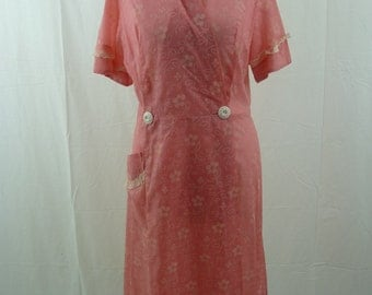 Vintage 1950s house coat / Pink and white 50s house coat / 1950s pink house coat