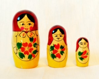 Russian Nesting Dolls Vintage 3 Wooden Painted Yellow Red Floral Flowers Traditional Matryoshka