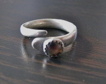 Petite silver looking ring, approx size 4 to 5