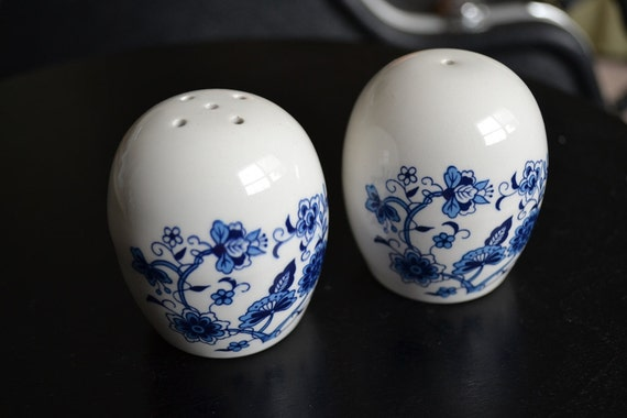 White egg shaped salt and pepper shakers with by dianasshakers - Egg shaped salt and pepper shakers ...
