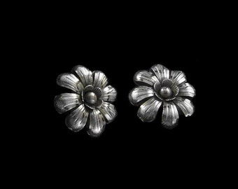 Flower earrings hammered by hand, silver sterling. Gorgeous