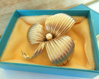 Vintage Brooch Pearl Clover Original Box Gold 50's (item 12)