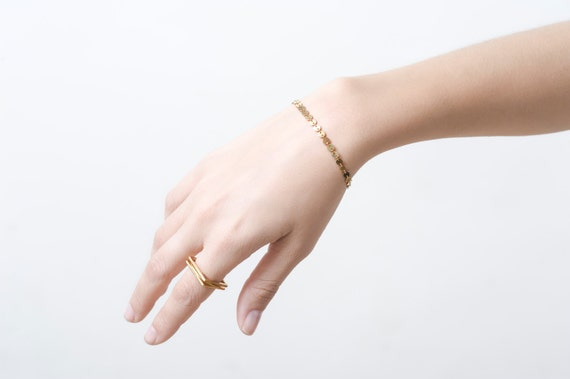 Disc chain bracelet in gold. gold round disc chain bracelet, Gold bracelet.