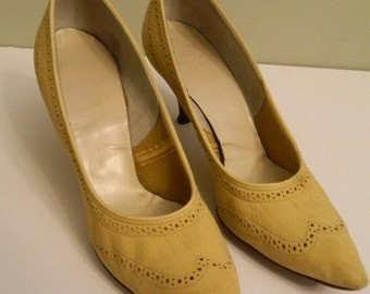 Vintage Shoes / Beige Heels / Town and Country / Cutout Pumps Size 7 1/2 Narrow