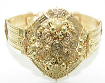 The Heart of Gold Bracelet \ Gold Bangle Bracelet / Bracelet Jewelry / Handwrapped Detailed Wire Jewelry