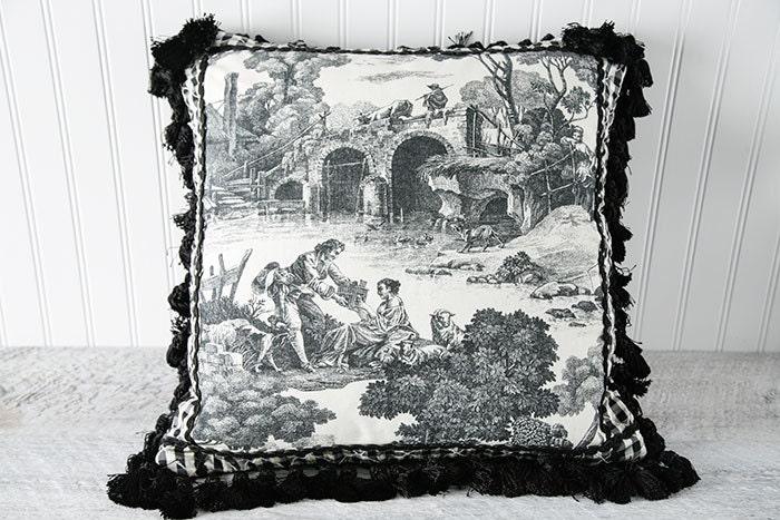 Диванная подушка в виде георгина