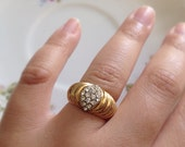 Vintage Gold Tone Band Ring with Crystal Rhinestone Accents. Size 6. Scalloped Edging. Gold Ring Jewelry. Vintage Accessories. Diamonds.