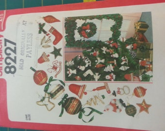 1970s Craft Christmas Ornaments Decorations Holly Garland Wreath Simplicity 8227