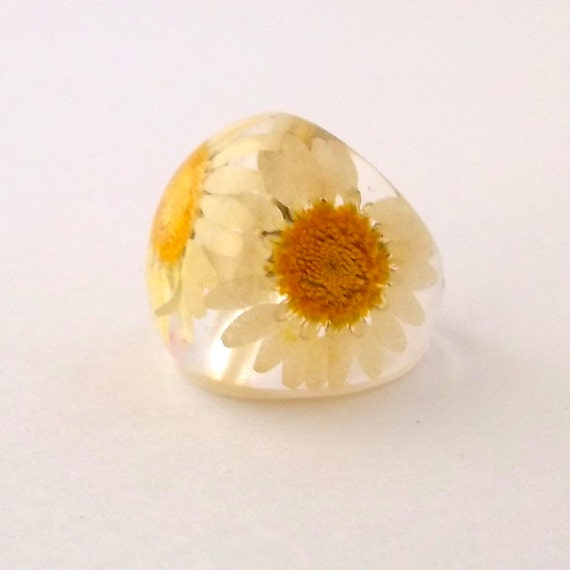 Daisy Resin Ring. Pressed Flower Resin Ring.  White and Yellow Cocktail Ring.  Handmade Jewelry with Real Flowers - Daisy