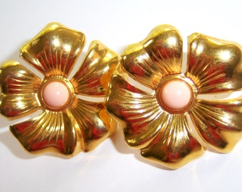 large gold tone flower pierced earrings with light pink center 714Ez