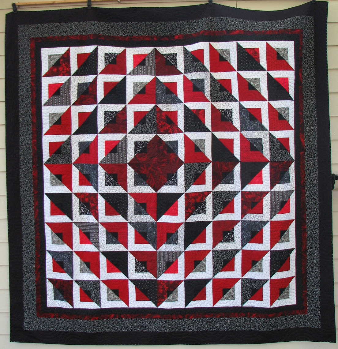 Geometric pattern quilt radiant quilt 98x98 for Red door design quilts