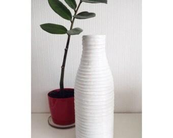 Белая фактурная ваза ручной работы из полимерной глины.