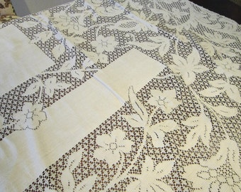 vintage lace tablecloth - Quaker style - 66 x 82 inches - 926B