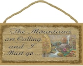 """The Mountains Are Calling and I Must Go with Mountain Cabin Scene 5"""" x 10"""" SIGN Plaque Camping Decor"""