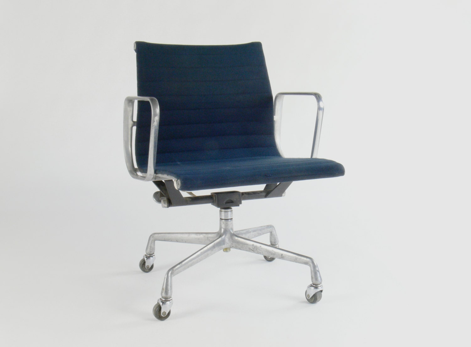 Eames for herman miller aluminum group management chair by for Herman miller eames aluminum group management chair