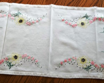 Vintage 1940's 1950s Linen Table Runner with Yellow Pink Flowersand  Daisies