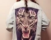 Huge White TIGER on the Back of a  Vintage LEVIS Denim Jacket -  Studded Sz Mens Medium ---Womens large
